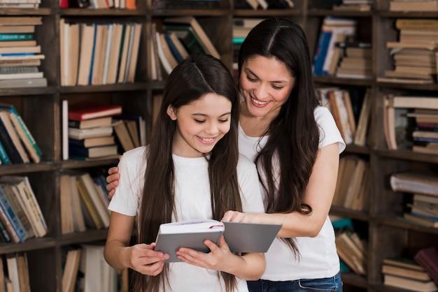 Lettura della ragazza e della ragazza adulta del primo piano Foto Gratuite