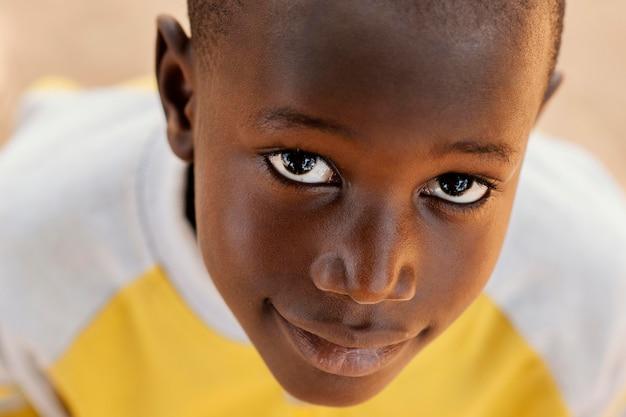 クローズアップアフリカの少年の肖像画 無料写真