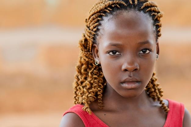 クローズアップアフリカの女の子のポーズ 無料写真