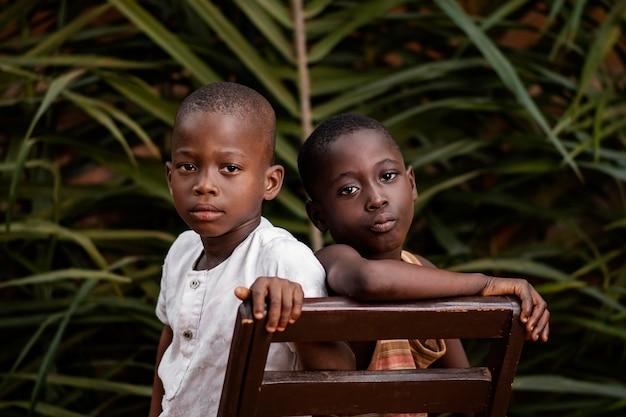 一緒にポーズをとるクローズアップアフリカの子供たち Premium写真