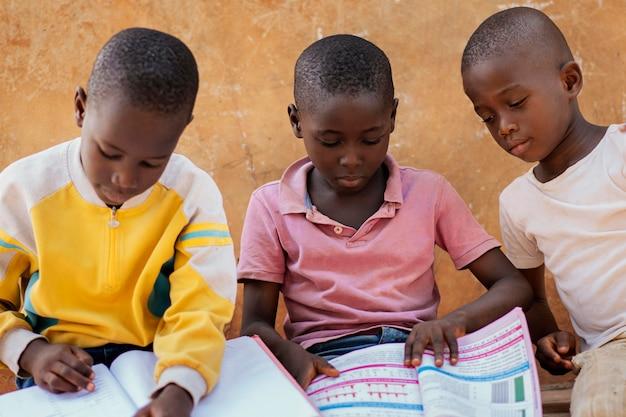 一緒に読んでいるアフリカの子供たちのクローズアップ 無料写真