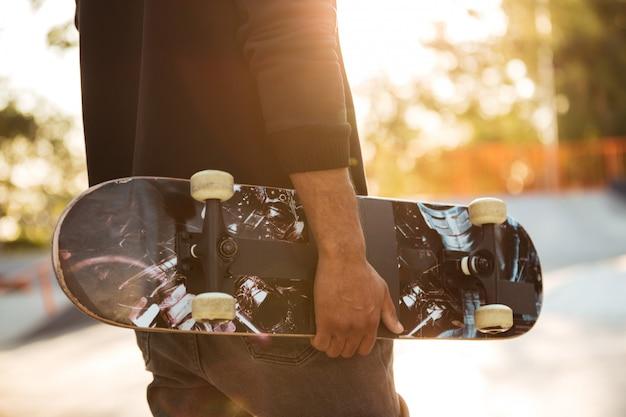 Primo piano di un uomo africano skateboarder Foto Gratuite