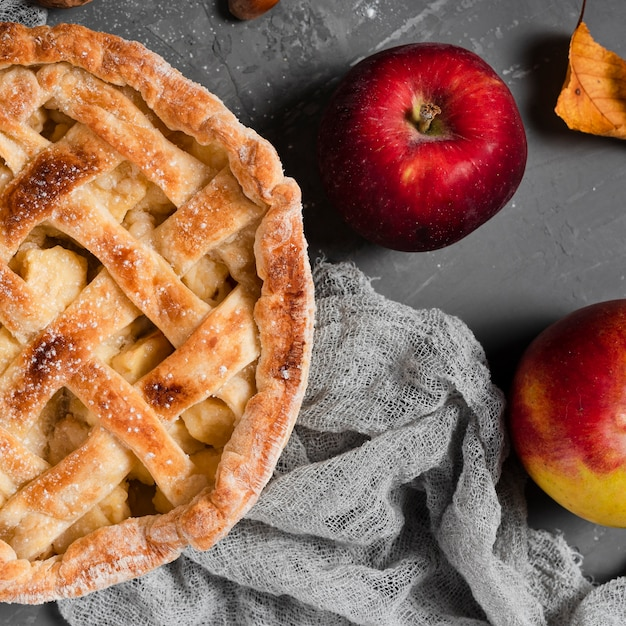 Close-up of appetizing pie and apples Free Photo