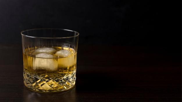 Bevanda alcolica aromatica del primo piano con lo spazio della copia Foto Gratuite