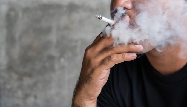 アジア人男性のたばこを閉じます。禁煙コンセプト Premium写真