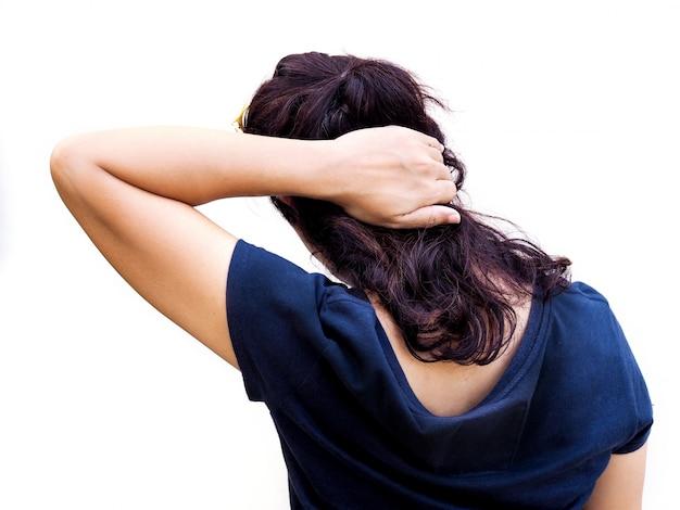 Крупный план спины азиатских женщин используют руки для массажа затылка и шеи от острых головных болей. Premium Фотографии