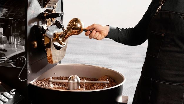 Бариста крупным планом с кофейными зернами Бесплатные Фотографии