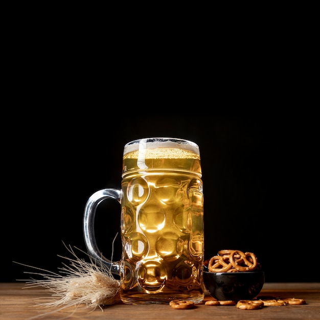 Close-up bavarian beer on a table with pretzels Free Photo