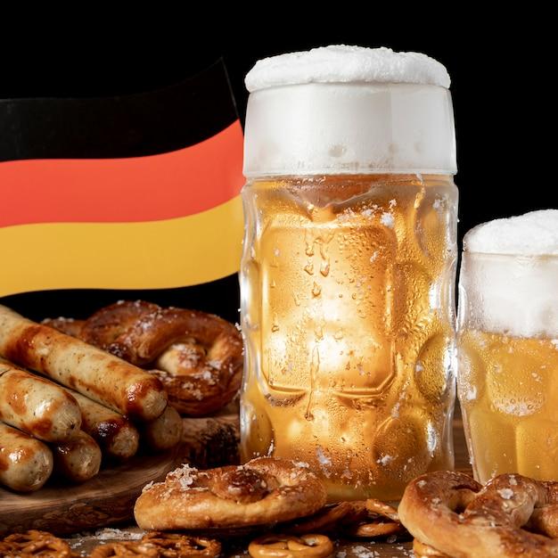 Spuntini bavaresi del primo piano con la bandiera tedesca Foto Gratuite
