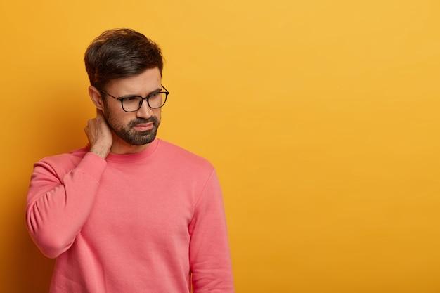 Primo piano sul giovane barbuto con gli occhiali isolati Foto Gratuite