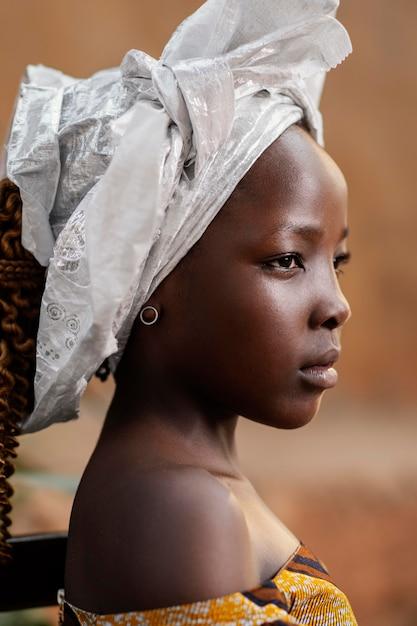 クローズアップの美しいアフリカの女の子の肖像画 無料写真