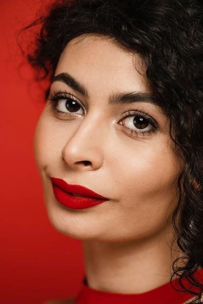 Ritratto di bella donna nera del primo piano Foto Gratuite