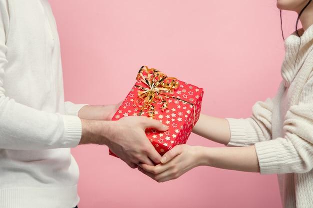 핑크 스튜디오 벽에 사랑에 아름다운 커플을 닫습니다 무료 사진