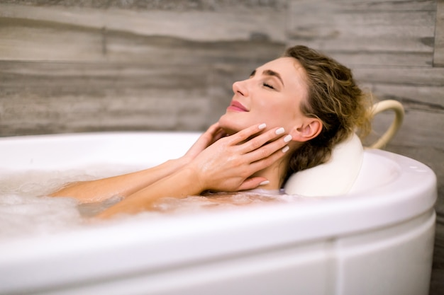 Kvinde nyder en gang hjemmespa
