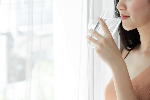 아침에 건강을 위해 아름다움 여자 아시아 귀여운 소녀 느낌 행복 마시는 깨끗한 음료수를 닫습니다 무료 사진