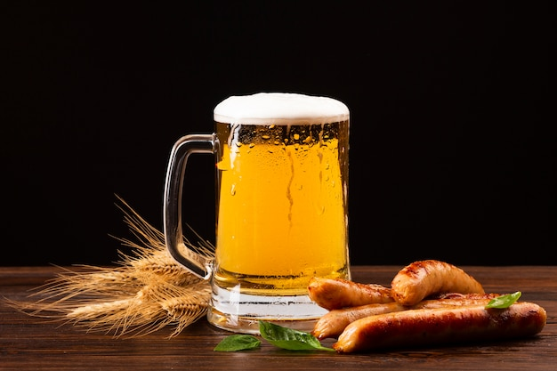 Close-up beer mug with sausages Free Photo