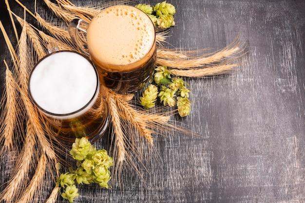 Крупным планом пиво с ингредиентами Premium Фотографии