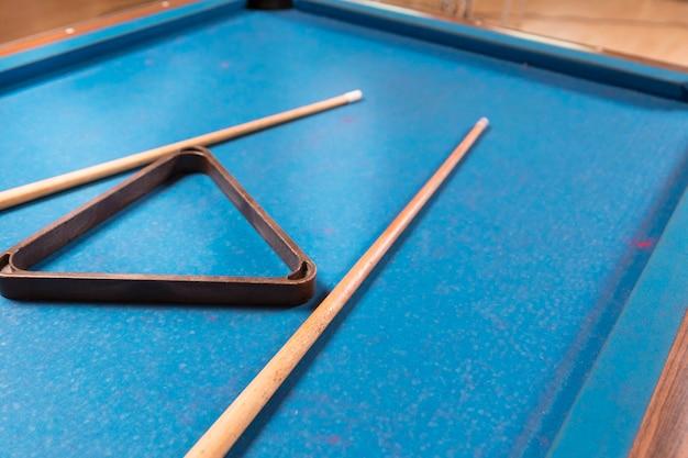 Tavolo da biliardo primo piano con stecche Foto Gratuite