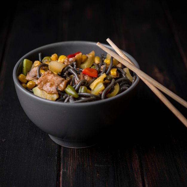 Close-up of bowl of noodles with vegetables Free Photo