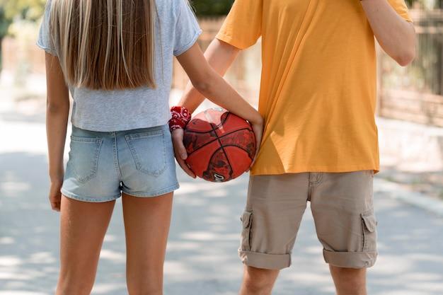 Primo piano ragazzo e ragazza che tengono palla Foto Gratuite