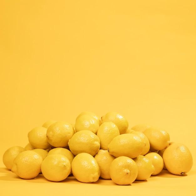 Close-up bunch of raw lemons Free Photo