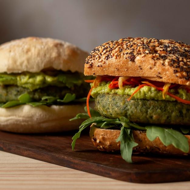 Hamburger di primo piano sul vassoio Foto Gratuite