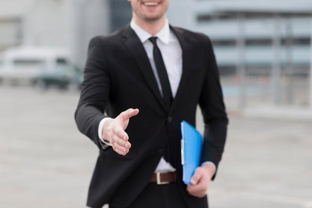 クローズアップビジネスの男の手を振る Premium写真
