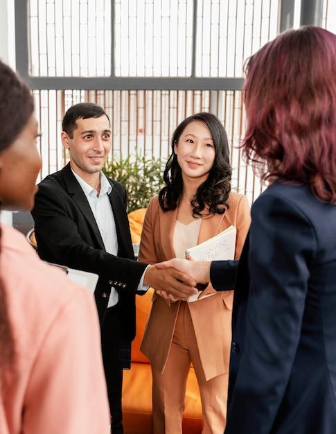 Деловые партнеры крупным планом, пожимая руки Premium Фотографии