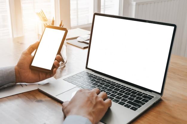 Крупным планом деловая женщина работает с смартфон ноутбук и документы в офисе Premium Фотографии
