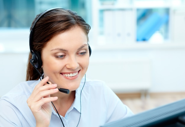 Close-up of businesswoman talking with clients Free Photo