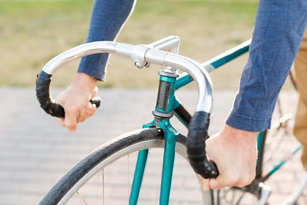 Крупным планом случайный человек, езда на велосипеде на открытом воздухе Бесплатные Фотографии