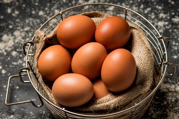 クローズアップの鶏の卵 Premium写真
