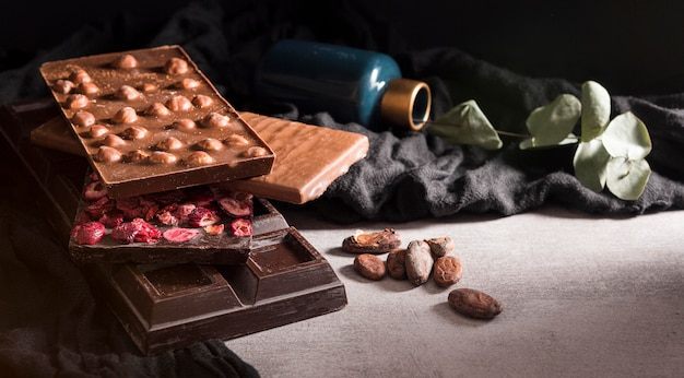 Close-up chocolate bars with cocoa beans Free Photo
