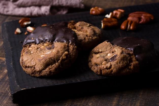 Close-up biscotti al cioccolato pronti per essere serviti Foto Gratuite
