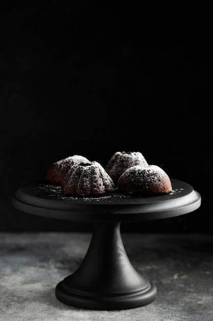 Dessert del cioccolato del primo piano con zucchero in polvere Foto Gratuite