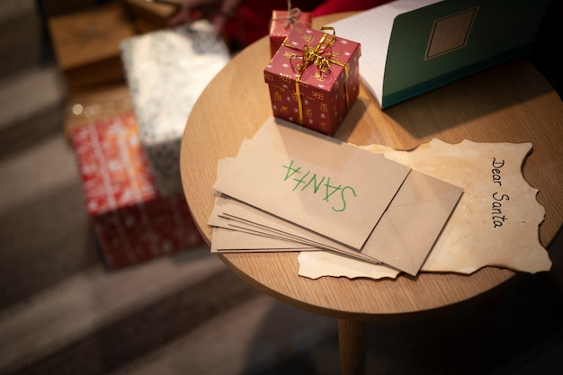 Close-up christmas envelopes on the table Free Photo