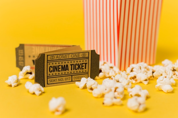 Close-up biglietti per il cinema e popcorn Foto Gratuite