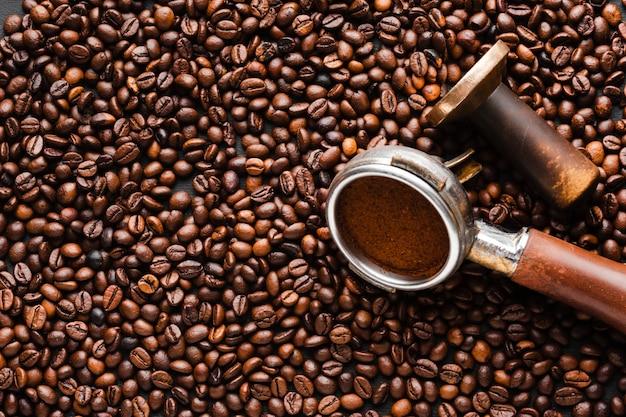 Крупный план кофейных зерен с темпером Бесплатные Фотографии