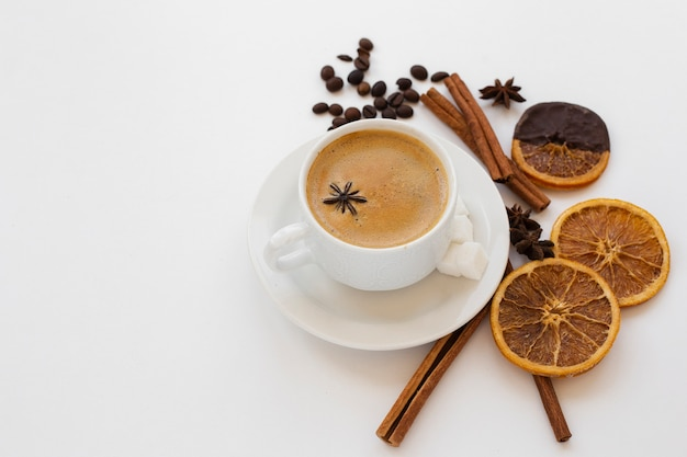 Close-up coffee cup on a tray with anise Free Photo