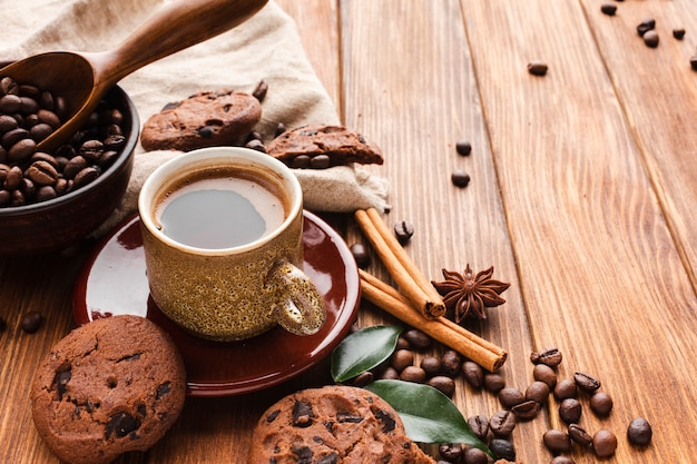 Close-up coffee cup with cookies on the table Free Photo