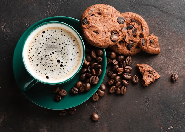 Close-up coffee cup with tasty cookies Free Photo