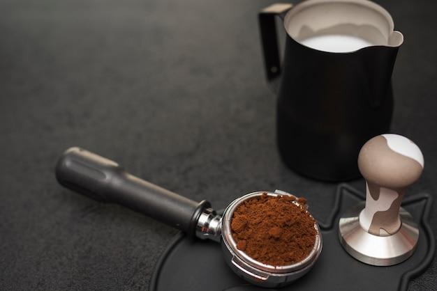 タンパーとミルクを使用したクローズアップコーヒーフィルター 無料写真