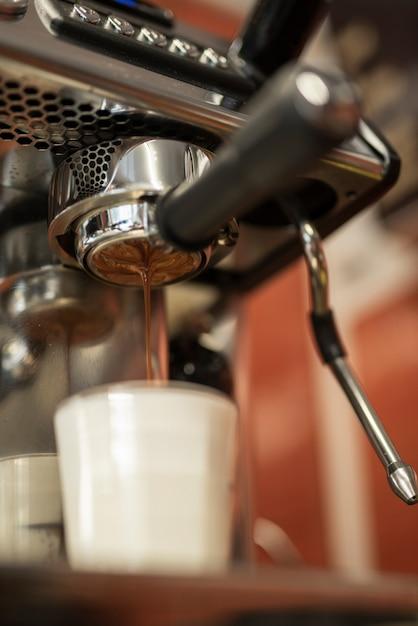 ミルクとグラスに注ぐクローズアップコーヒー 無料写真