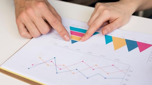 Крупный план коллеги анализ бизнес-диаграммы Бесплатные Фотографии
