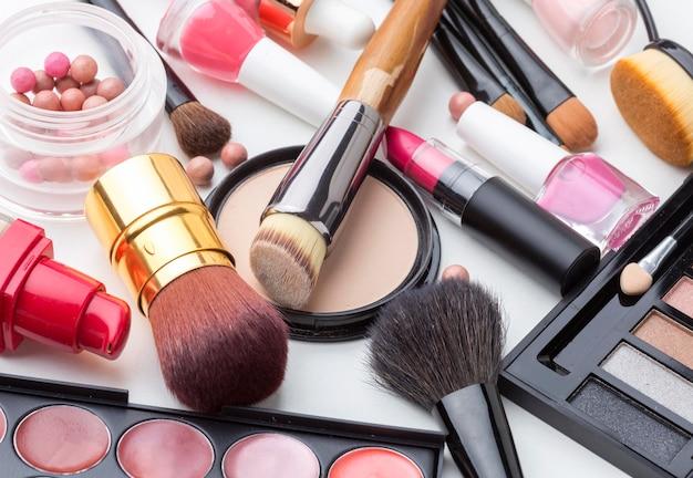Collezione ravvicinata di prodotti per il trucco e la bellezza Foto Gratuite