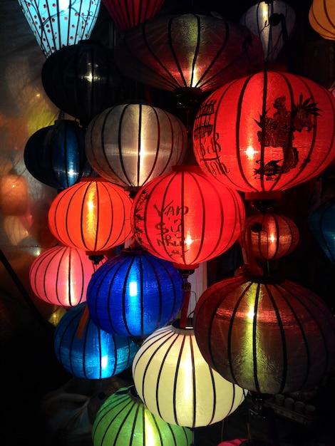 Крупный план красочные международные фонари, хой ан, вьетнам Premium Фотографии
