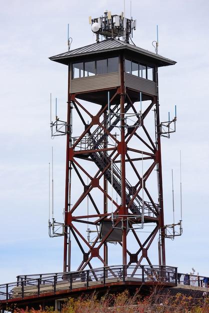 Primo piano di una torre di comunicazione Foto Gratuite