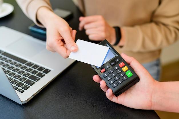 クレジットカードによるクローズアップ非接触取引 無料写真