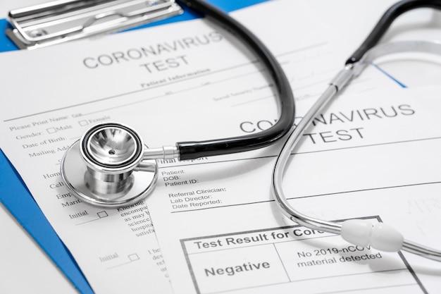 聴診器によるクローズアップコロナウイルス検査 無料写真