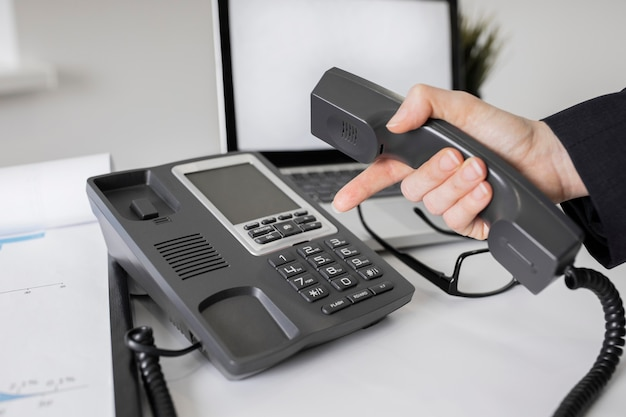 Крупным планом корпоративный офис с телефоном Бесплатные Фотографии